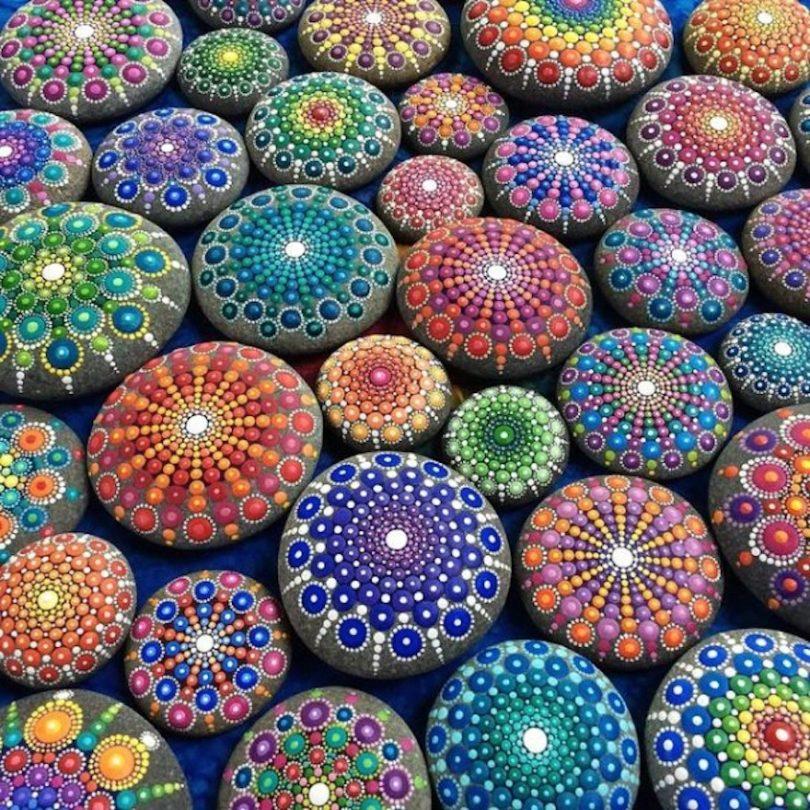 kamínkové mandaly barevné