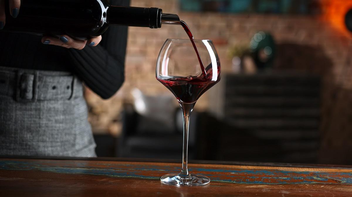 sklenka červeného vína