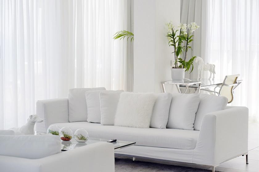 bílá sedačka zelená květina