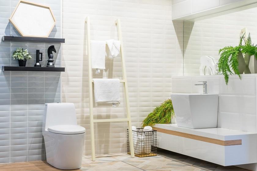 malá bílá koupelna