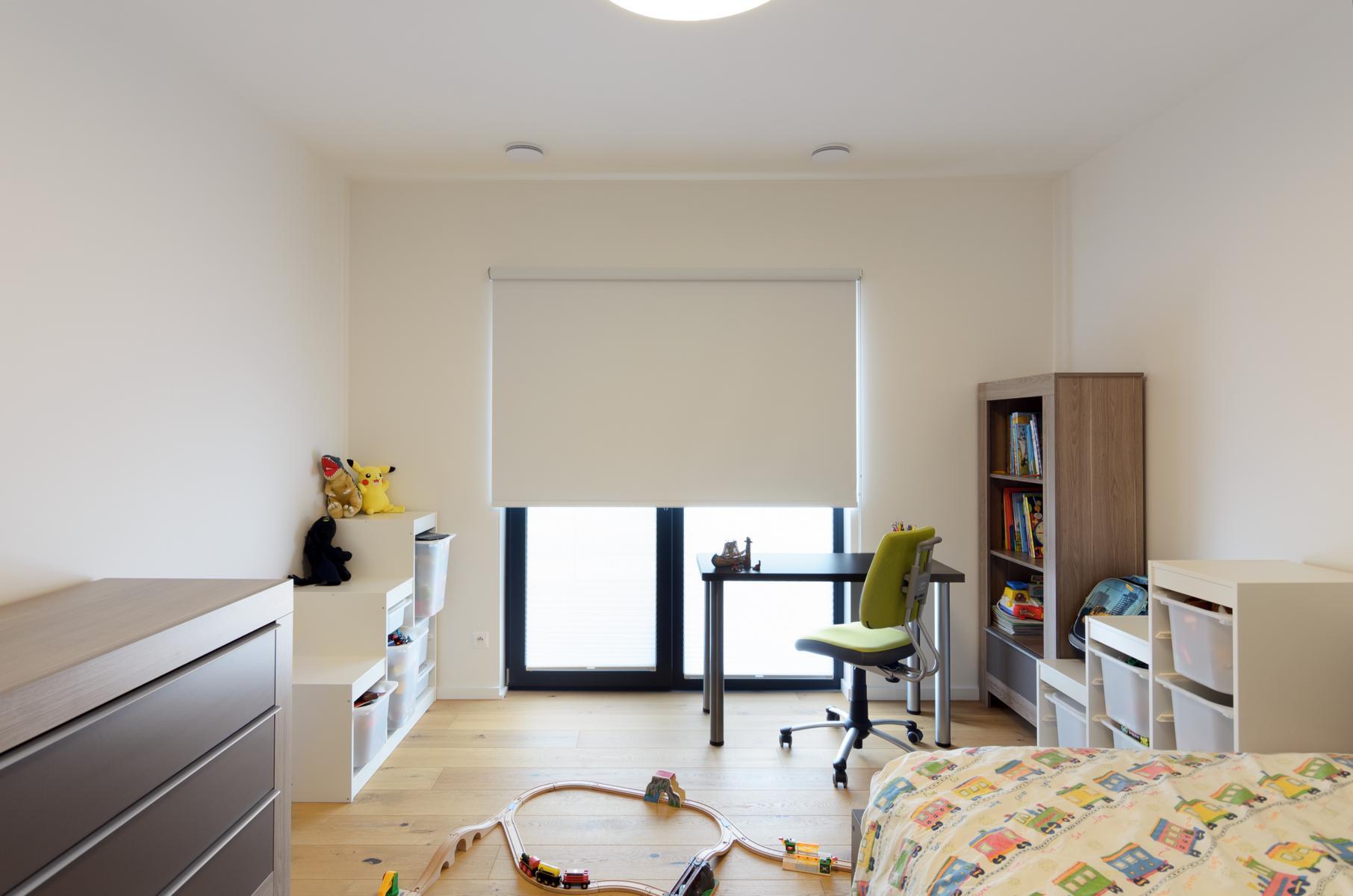 látkové stínění v dětském pokoji