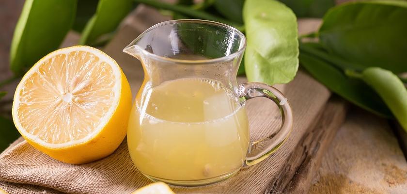 vymačkané citrony a šťáva