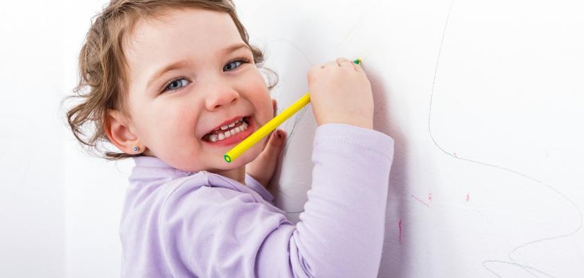 dítě kreslící fixou po zdi