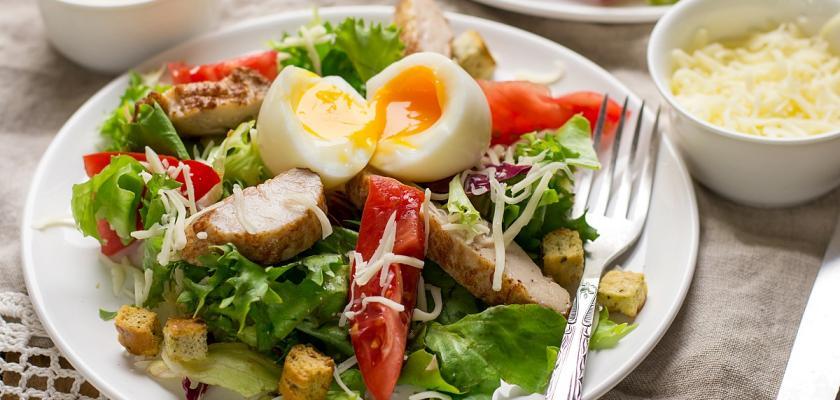 letní salát s vajíčkem