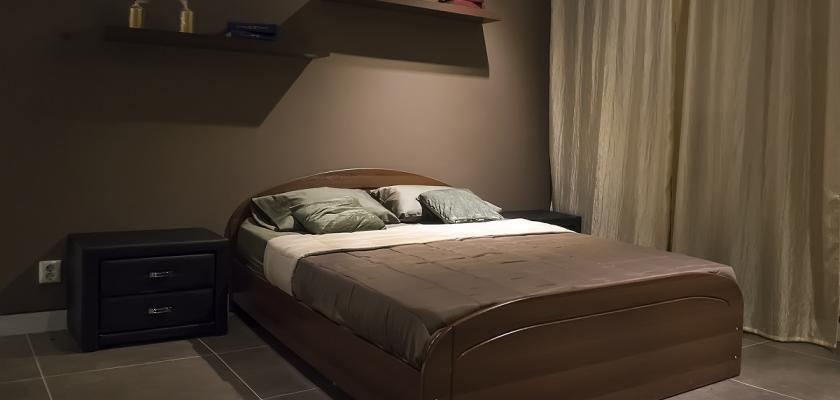 hnědá ložnice s hnědou postelí