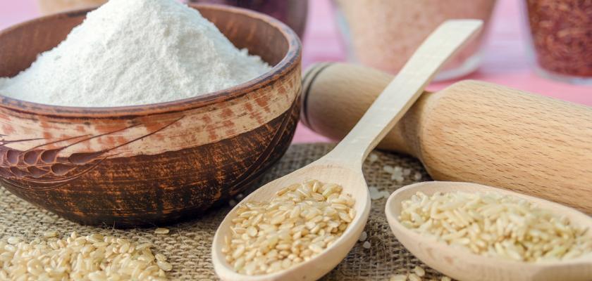 nevařená rýže v misce