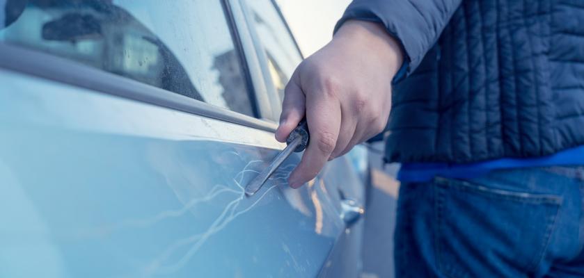 škrábanec na autě od klíčů
