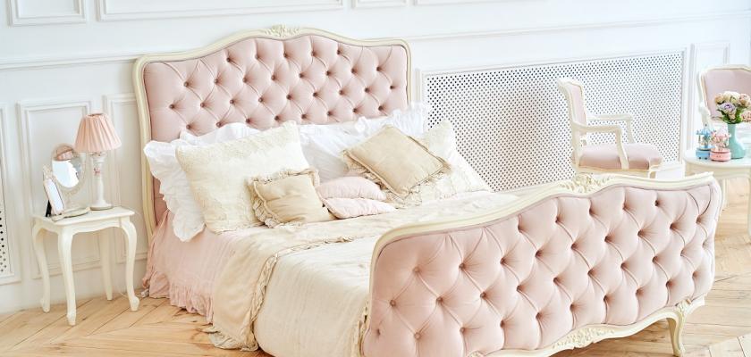 růžová polstrovaná postel