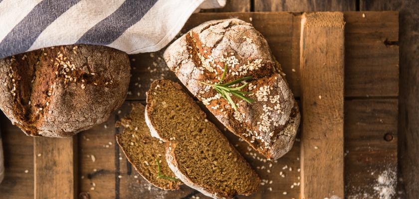 bochník chleba pod utěrkou