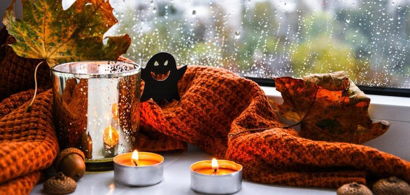 oranžový pléd u okna