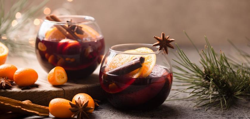 svařené víno v kulatých skleničkách