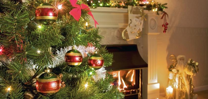 vánoční stromek u krbu