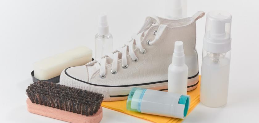 čištění bílých bot