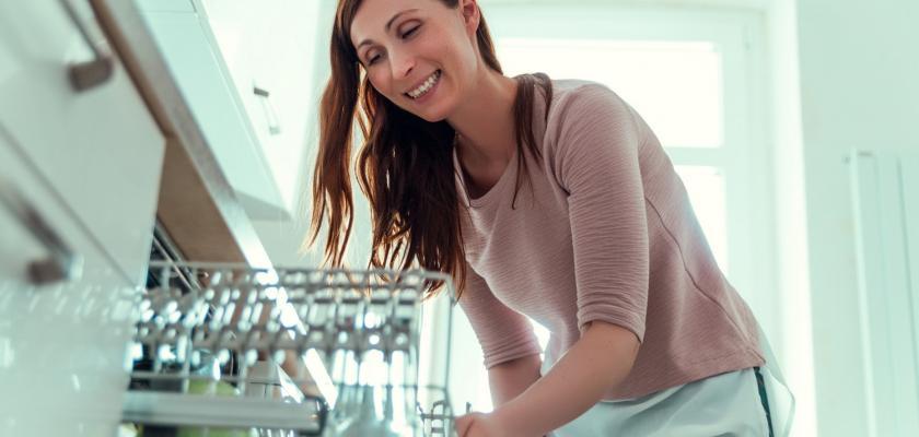 žena u myčky nádobí