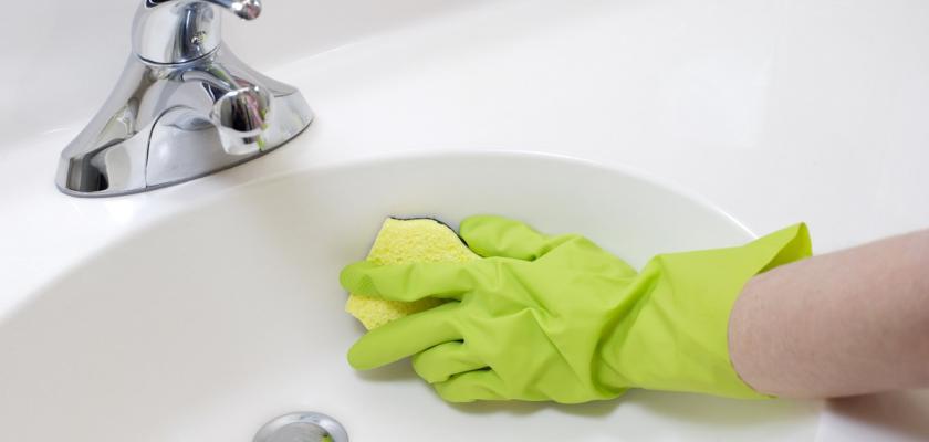 mytí umyvadla v rukavicích