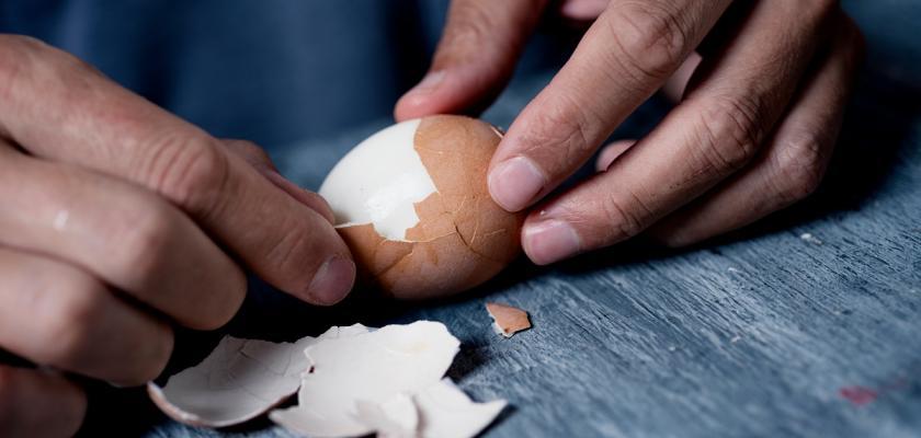 jak oloupat vajíčko