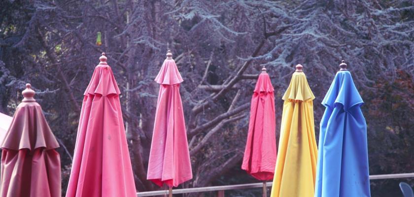 barevné slunečníky