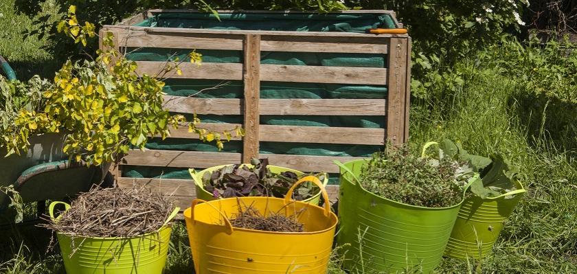 kompost z latí vystavěný na zahradě