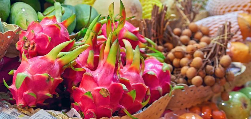 neoloupaná pitaya a další exotické ovoce