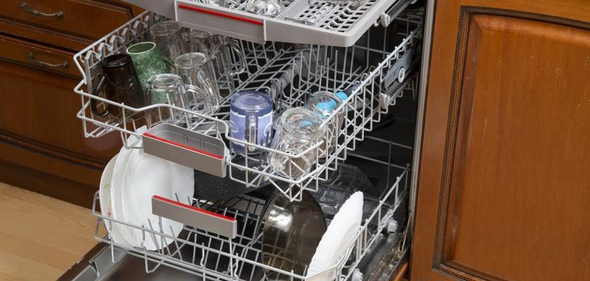 otevřená myčka nádobí