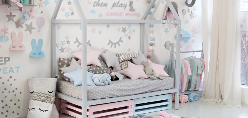 dětský pokoj s fialovými a růžovými prvky