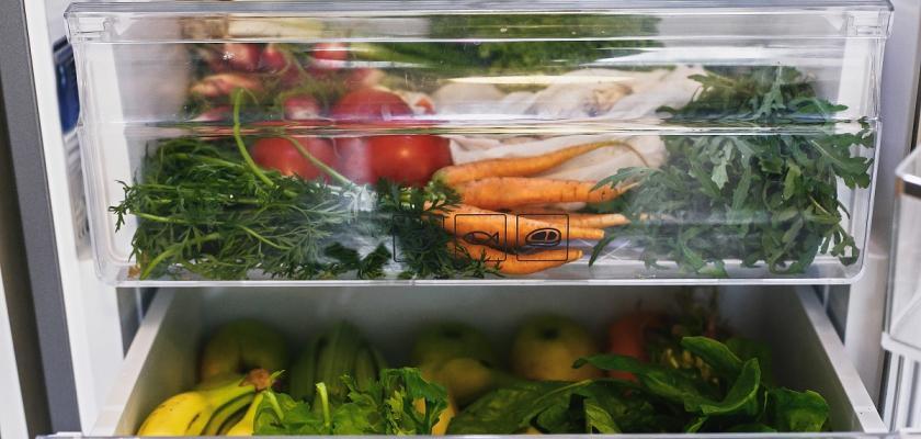 šuplíky v lednici s mrkví