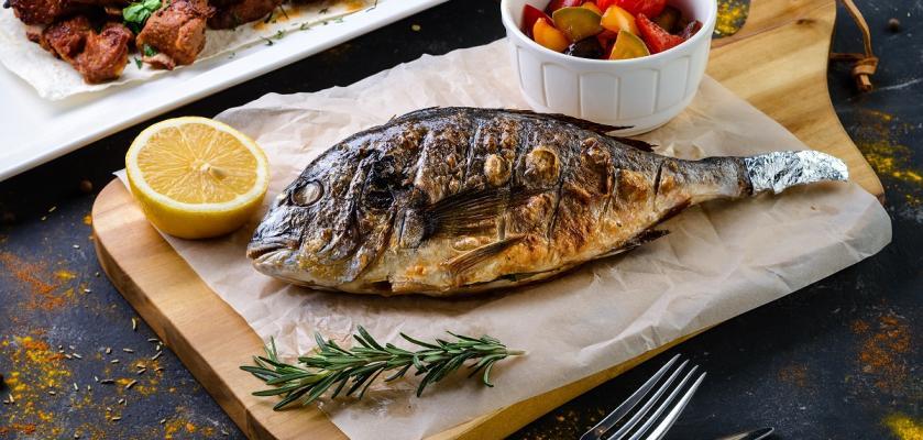 pečená ryba na talíři