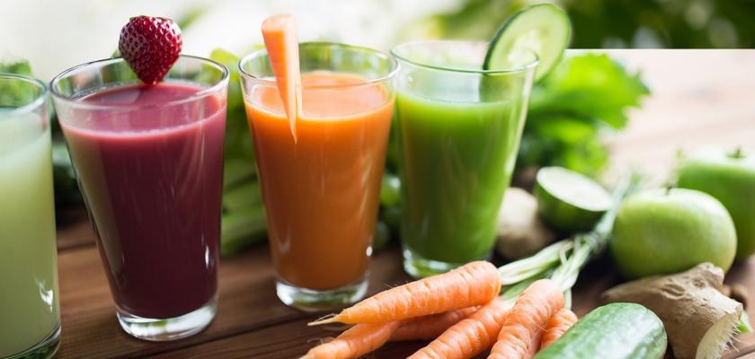 jahodová a zeleninová šťáva ve vysokých sklenicích