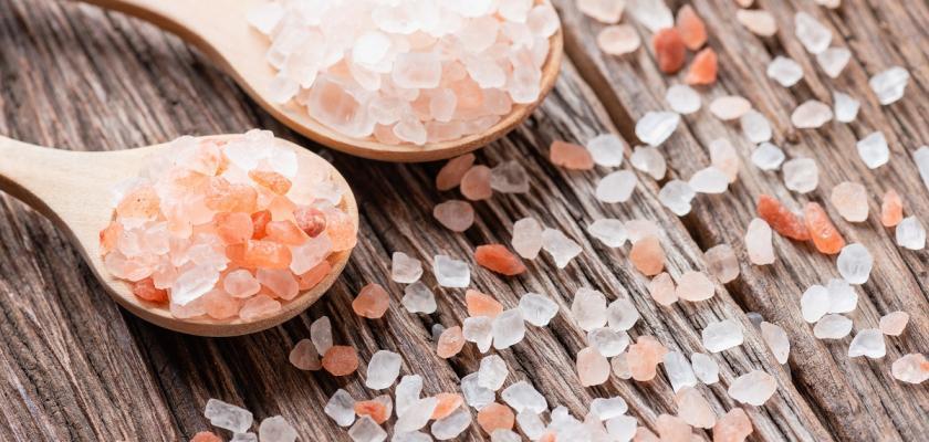 himálajská sůl na dřevěných lžičkách