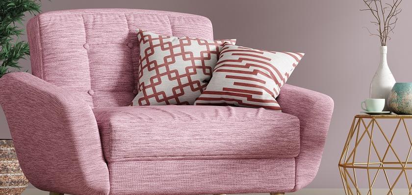 pohodlné růžové křeslo