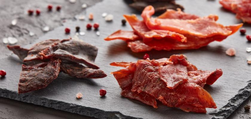 sušené maso na tácu