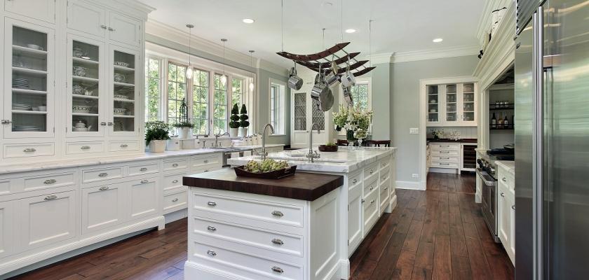 bílá kuchyně v rustikálním stylu