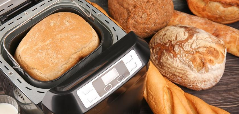 čerstvě upečený chleba v domácí pekárně