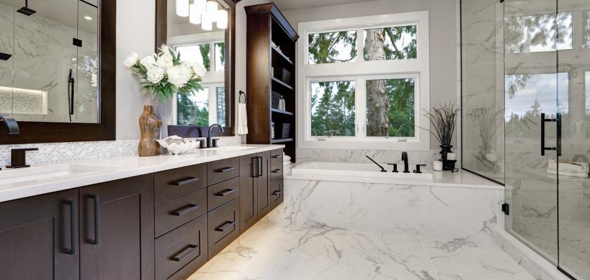 dřevěná koupelna se zrcadly
