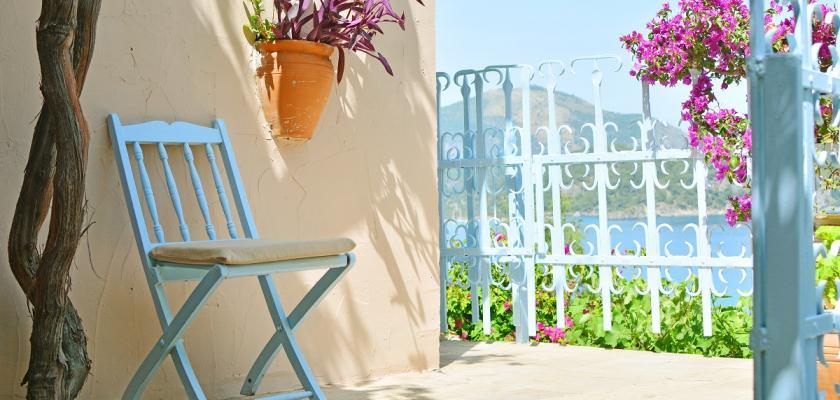modrá středomořská židle