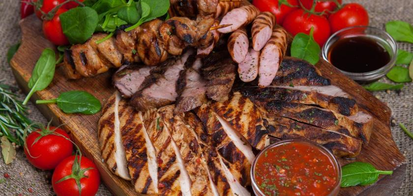 grilované kuřecí maso s rajčaty
