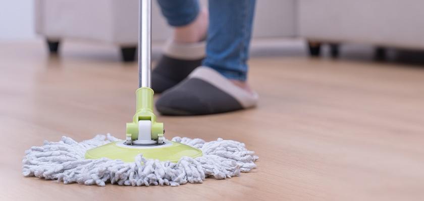 vytírání podlahy mopem