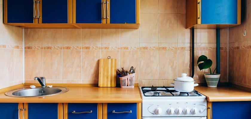 klasická modrá kuchyňská linka