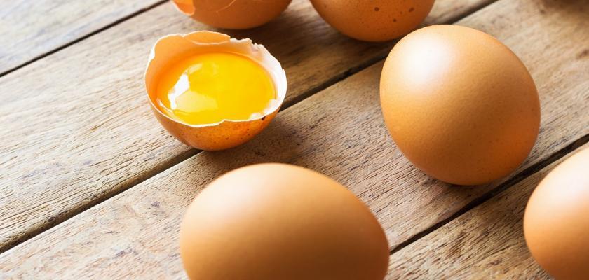 hnědá vajíčka na dřevěné podložce