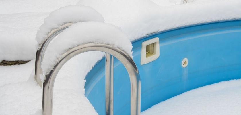 venkovní bazén plný sněhu