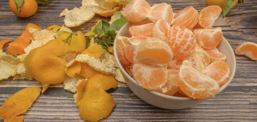 oloupané mandarinky a slupky z nich