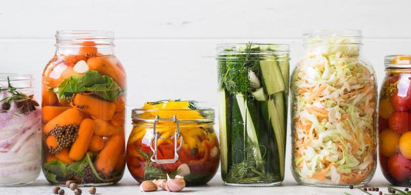 zeleninové pickles ve sklenicích
