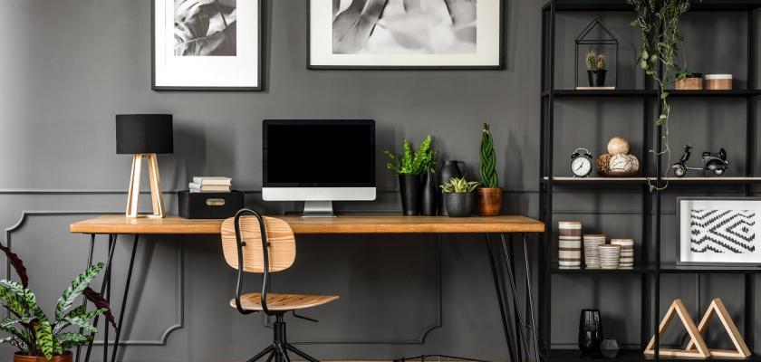 domácí pracovna v černé barvě