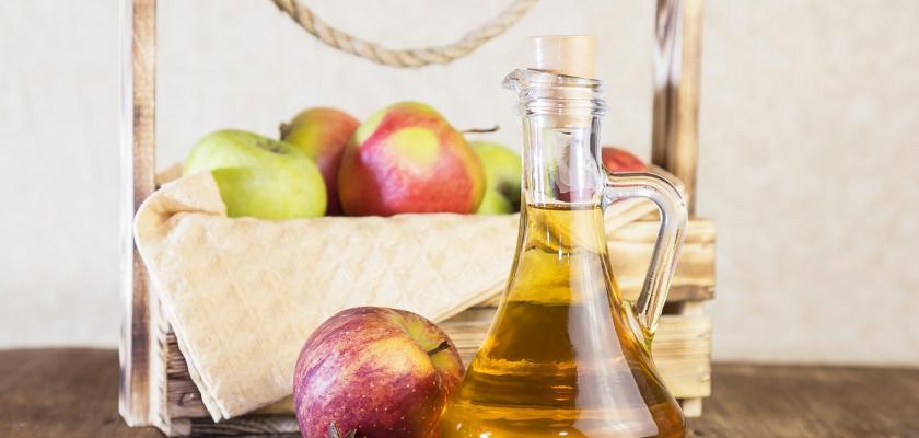 domácí jablečný cider ve skleněné karafě