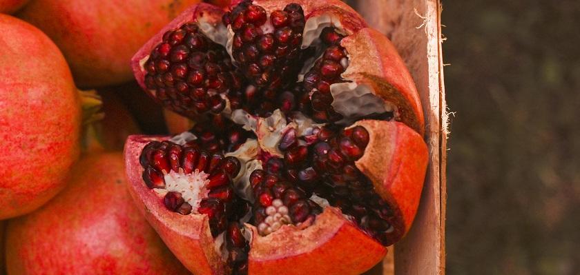 granátové jablko v bedýnce