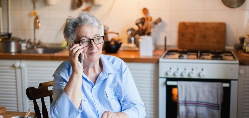 seniorka v modré košili telefonující