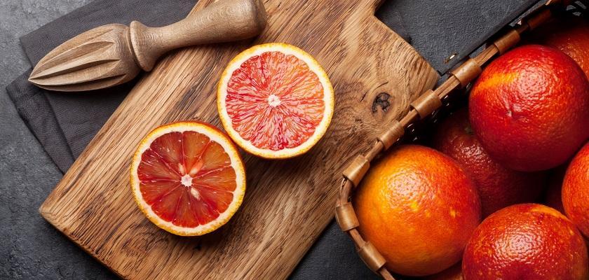 červené pomeranče připravené k odšťavnění