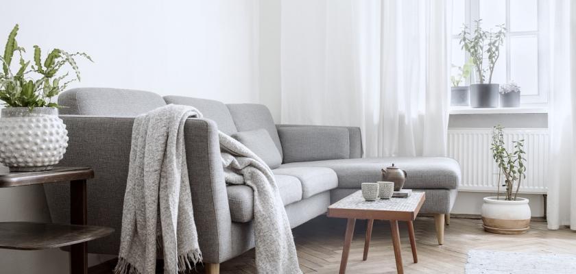 šedivá pohovka ve skandinávském stylu