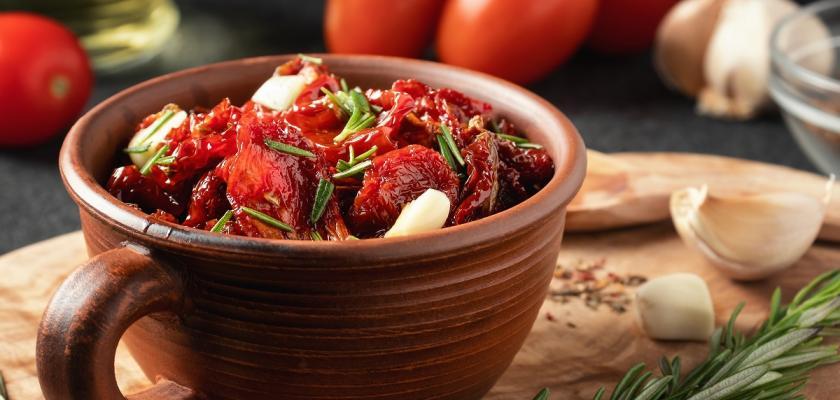 sušená rajčata v kameninové misce
