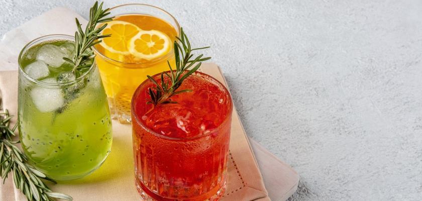 barevné letní koktejly